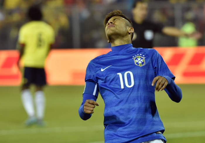 TOPSHOTS Brazil's forward Neymar gestures during the 2015 Copa America football championship match in Santiago, Chile, on June 17, 2015.  AFP PHOTO / NELSON ALMEIDA