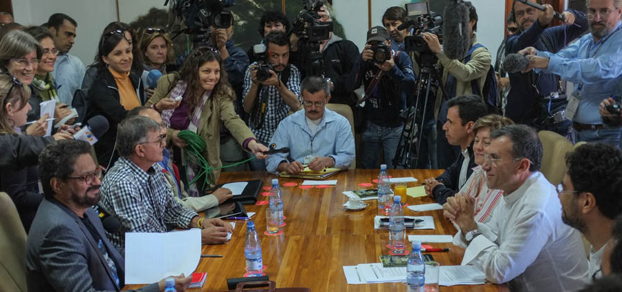 (L-R sitting around the table) Ivan Marquez, Rodrigo Granda and Yuri Camarco, of the FARC-EP delegation which is holding peace talks with the government of Colombia President Juan Manuel Santos, and members of the Colombian Congress Guillermo Rivera, Gloria Ines Ramirez, Roy Barrera and Ivan Cepeda, hold a meeting in Havana, on March 4, 2013. Rebels with the Revolutionary Armed Forces of Colombia (FARC) and the Santos administration have been engaged in peace talks in Cuba since November.  AFP PHOTO/ADALBERTO ROQUE