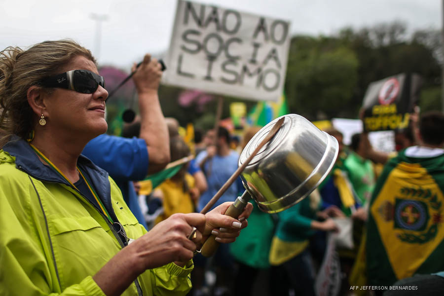 Demonstrators protest against Brazilian President Dilma Rousseff and the ruling Workers Party (PT), in Porto Alegre,  Brazil on August 16, 2015. Protesters took to the streets of Brazil Sunday, kicking off nationwide rallies expected to draw hundreds of thousands demonstrating against corruption and economic slowdown, and calling for President Dilma Rousseff to step down.  AFP PHOTO / Jefferson BERNARDES