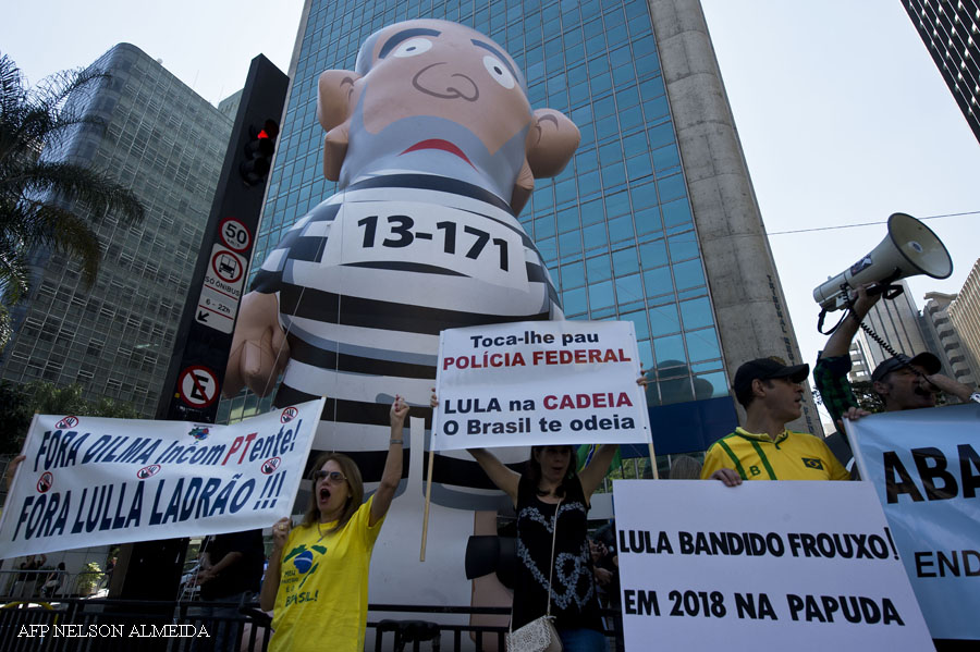 People hold a huge inflatable depicting former Brazilian President Luiz Inacio Lula da Silva during a protest against Brazil's President Dilma Rousseff and the Workers' Party (PT) at Paulista Avenue, the financial centre of Sao Paulo, Brazil, August 30, 2015.  AFP PHOTO /  NELSON ALMEIDA