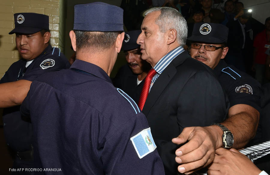 Guatemalan former President Otto Perez (2-R) arrives at the Tribunal of Justice in Guatemala City on September 3, 2015 .Embattled Guatemalan President Otto Perez resigned Thursday after a judge issued a warrant for his arrest to face corruption charges, upending the political landscape three days ahead of general elections. AFP PHOTO/ Rodrigo ARANGUA
