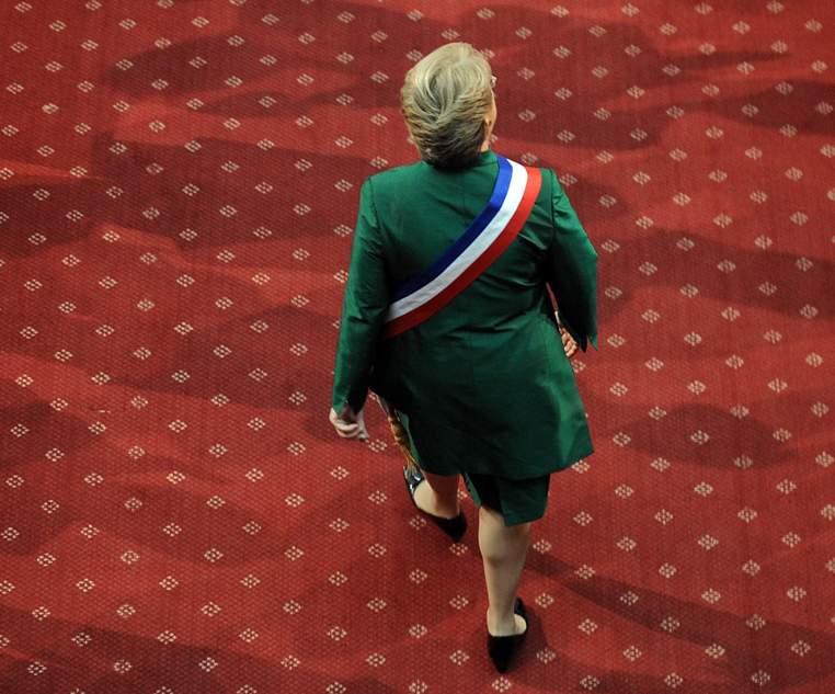Chilean President Michelle Bachelet arrives to the Congress before her annual presidential message to the Nation in Valparaiso on May 21, 2009.     AFP PHOTO / MARTIN BERNETTI