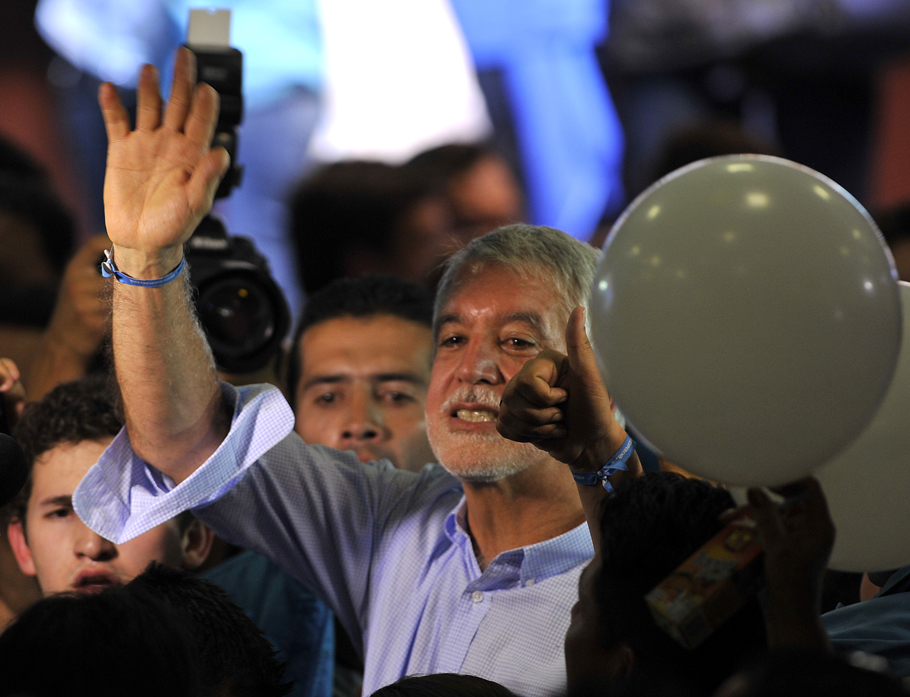 Candidate Enrique Penalosa celebrates after being elected Bogota's mayor on October 25, 2015 in Bogota. Colombians went to the polls Sunday to elect provincial governors and hundreds of local officials. AFP PHOTO / GUILLERMO LEGARIA