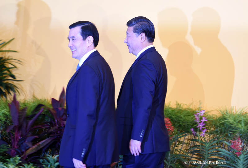 Chinese President Xi Jinping (R) and Taiwan President Ma Ying-jeou walk to their meeting at Shangrila hotel in Singapore on November 7, 2015. The leaders of China and Taiwan hold a historic summit that will put a once unthinkable presidential seal on warming ties between the former Cold War rivals. AFP PHOTO / Roslan RAHMAN