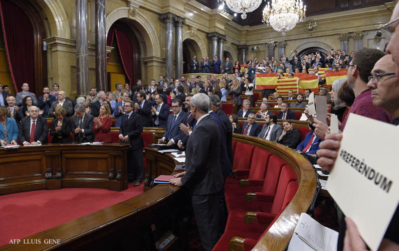 Catalan deputies of the PPC (Popular Party of Catalonia) hold up Spanish and Catalan flags following the vote on a proposed resolution to secede from the rest of the country during a session at the Catalan Parliament in Barcelona on November 9, 2015. Lawmakers in Catalonia officially kicked off a process to secede from Spain by 2017 despite impassioned pleas against independence, in an unprecedented showdown with Madrid's central government.   AFP PHOTO/LLUIS GENE