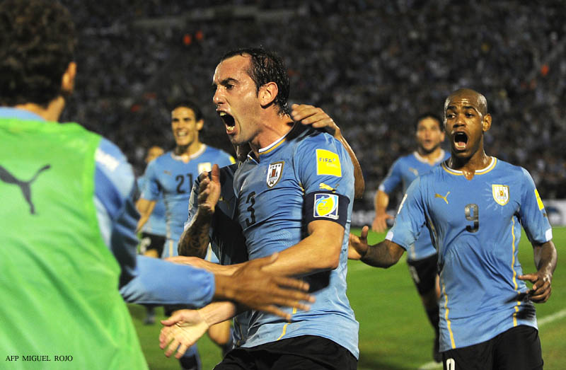 Uruguay's Diego Godin (C) celebrates after scoring against Chile during their Russia 2018 FIFA World Cup South American Qualifiers football match, in Montevideo, on November 17, 2015.   AFP PHOTO / MIGUEL ROJO