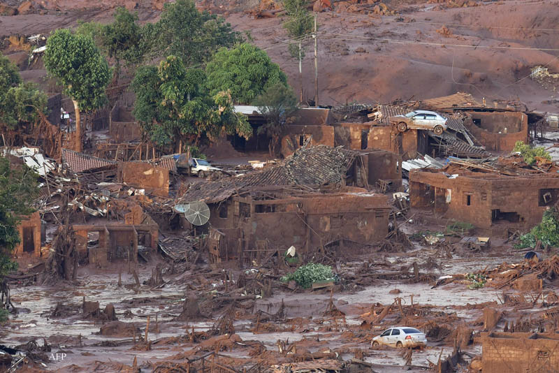 A general view where a dam burst in the village of Bento Rodrigues, in Mariana, the southeastern Brazilian state of Minas Gerais on November 6, 2015.  A dam burst at a mining waste site, unleashing a deluge of thick, red toxic mud that smothered a village and killed at least 17 people, an official said. The mining company Samarco, which operates the site, is jointly owned by two mining giants, Vale of Brazil and BHP Billiton of Australia.   AFP PHOTO / Douglas MAGNO / AFP / Douglas Magno