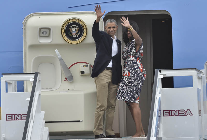 US President Barack Obama (R) and First Lady Michelle Obama wave as they board their plane at Jose Marti international airport in Havana on March 22, 2016, on their way to Argentina.  AFP PHOTO / Yuri Cortez / AFP / YURI CORTEZ