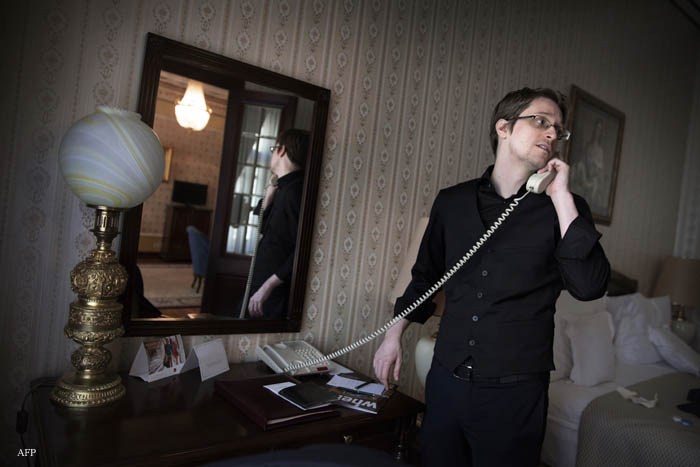 """Former US intelligence contractor and whistle blower Edward Snowden is pictured speaking on the phone within an interview with Swedish daily newspaper Dagens Nyheter, in Moscow on October 21, 2015. AFP PHOTO / DAGENS NYHETER / LOTTA HARDELIN == SWEDEN OUT , NORWAY OUT , DENMARK OUT == RESTRICTED TO EDITORIAL USE == MANDATORY CREDIT """" AFP PHOTO / DAGENS NYHETER / LOTTA HARDELIN """" == / AFP / DAGENS NYHETER / LOTTA HARDELIN"""