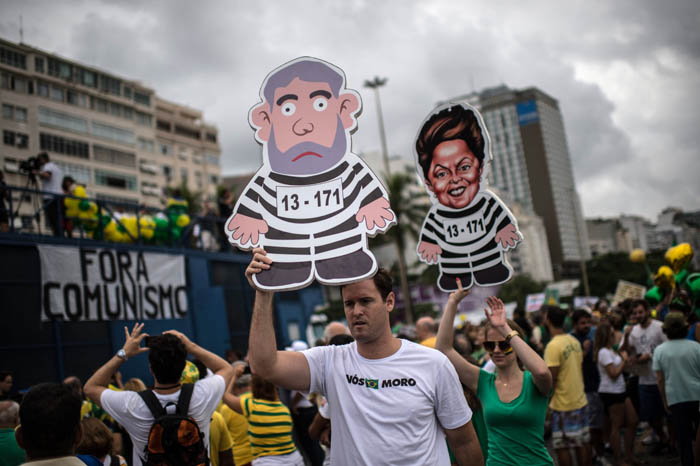 People gather at Copacabana beach in Rio de Janeiro to protest against Dilma Rousseff government on March 13, 2016. Protesters, many draped in the Brazilian national flag, poured into the streets of Brasilia and Rio de Janeiro on Sunday at the start of mass demonstrations seeking to bring down President Dilma Rousseff  AFP PHOTO / CHRISTOPHE SIMON / AFP / CHRISTOPHE SIMON
