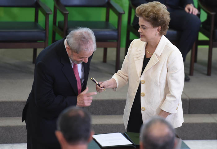 Former Brazilian president Luiz Inacio Lula da Silva (L) and Brazilian president Dilma Rousseff attend Lula's swear in ceremony as chief of staff, in Brasilia on March 17, 2016. Rousseff appointed Luiz Inacio Lula da Silva as her chief of staff hoping that his political prowess can save her administration. The president is battling an impeachment attempt, a deep recession, and the fallout of an explosive corruption scandal at state oil giant Petrobras.       AFP PHOTO/EVARISTO SA / AFP / EVARISTO SA