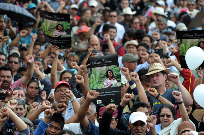 People attend the funeral of murdered indigenous activist Berta Caceres, in La Esperanza, 200 km northwest of Tegucigalpa, on March 5, 2016. Honduran indigenous activist Berta Caceres, a renowned environmentalist whose family has labeled her killing an assassination, was shot dead on March 3 at her home in La Esperanza. Caceres rose to prominence for leading the indigenous Lenca people in a struggle against a hydroelectric dam project that would have flooded large areas of native lands and cut off water supplies to hundreds.  AFP PHOTO / ORLANDO SIERRA / AFP / ORLANDO SIERRA