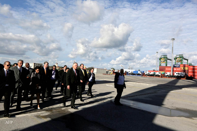 The governor of the state of Virginia, Terry McAuliffe (C) visits the Mariel development zone, in Mariel, Cuba on January 5, 2016. McAuliffe is in Cuba heading a delegation that seeks to strengthen trade ties between the US and Cuba, just over a year after the thawing of relations between the two countries.       AFP PHOTOS/Enrique de la Osa/POOL / AFP / AFP POOL / ENRIQUE DE LA OSA