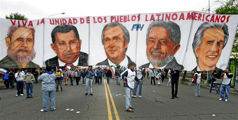 """Demonstrators hold a banner with portraits of the presidents (L to R) of Cuba, Fidel Castro, of Venezuela Hugo Chavez, of Argentina Nestor Kirchner, of Brazil Luiz Inacio Lula Da Silva and of Uruguay Tabare Vazquez 04 November 2005 during the """"People's Summit"""" march towards Mar del Plata stadium for a massive rally against the IV Summit of the Americas held in the city. During the rally, activists will stress their opposition to the Free Trade Area of the Americas (ALCA, in spanish) and the visit of US President George W. Bush. Banner reads """"Long live Latin American people union"""". / AFP PHOTO / DANIEL GARCIA"""