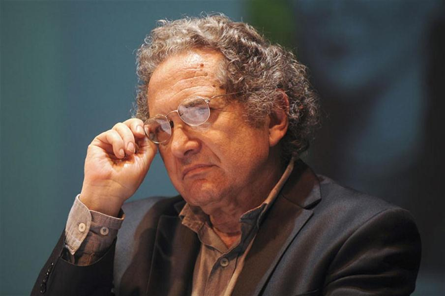 "Argentine writer Ricardo Piglia is seen during an event where he received the Romulo Gallegos Award, in Caracas, on August 2, 2011, for his novel ""Blanco Nocturno"". AFP PHOTO/Leo RAMIREZ / AFP PHOTO / LEO RAMIREZ"
