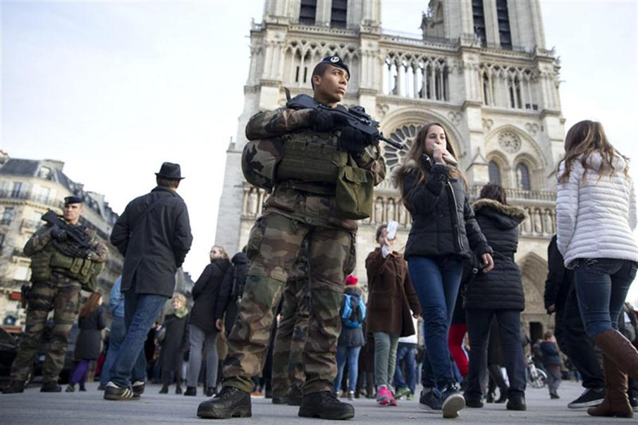 French soldiers patrol outside Notre Dame de Paris cathedral as part of the Operation Sentinelle in Paris, on December 30, 2015.   / AFP PHOTO / KENZO TRIBOUILLARD