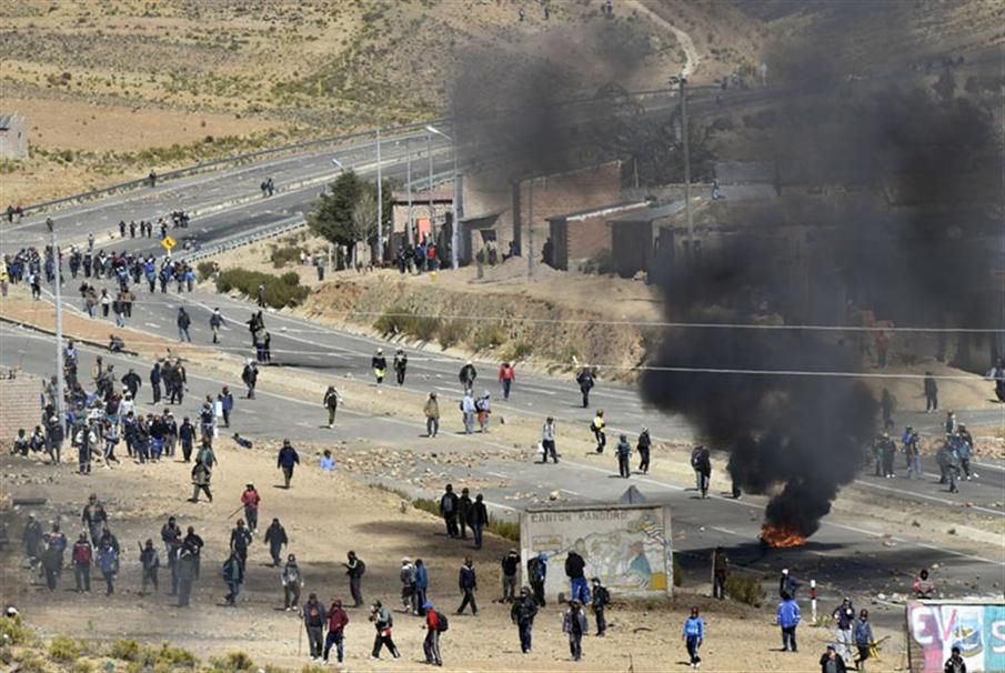 Miners clash with riot policemen in Panduro, La Paz department, Bolivia on August 25, 2016.   A miners' union said two men were killed during clashes with the police for the control over roads in Bolivia.   / AFP PHOTO / AIZAR RALDES