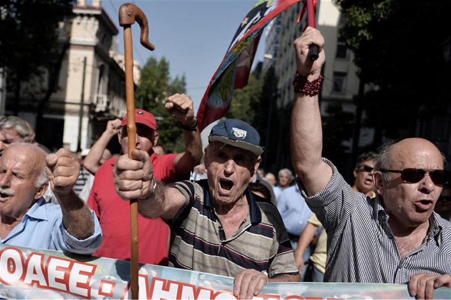 Pensioners take part in an anti-austerity protest against pension cuts in Athens on October 3, 2016.  / AFP PHOTO / LOUISA GOULIAMAKI