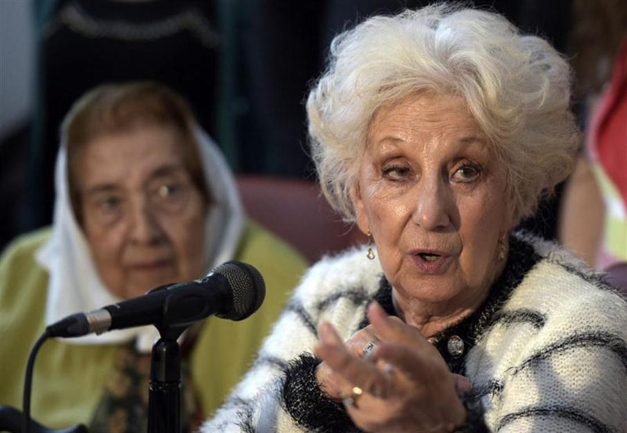 "The leader of the Abuelas human rights organization, Estela de Carlotto (R), speaks next to member of Madres de Plaza de Mayo Marta Vasquez, during a press conference in Buenos Aires, on November 18, 2015 in support of Buenos Aires Governor and presidential candidate for the ruling ""Frente para la Victoria"" party Daniel Scioli  in his run-off election against Buenos Aires Mayor and presidential candidate for ""Cambiemos"" party Mauricio Macri next November 22. AFP PHOTO/JUAN MABROMATA / AFP / JUAN MABROMATA"