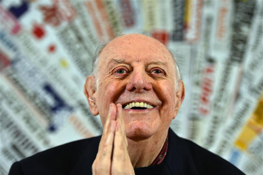 (FILES) This file photo taken on December 03, 2015 shows recipient of the 1997 Nobel Prize for Literature, Dario Fo attending a press conference at the Foreign Press club in Rome on December 3, 2015.  Dario Fo, 90, an Italian actor-playwright, comedian, singer, theatre director, stage designer, songwriter, painter and political campaigner, died on October 13, 2016.  / AFP PHOTO / GABRIEL BOUYS